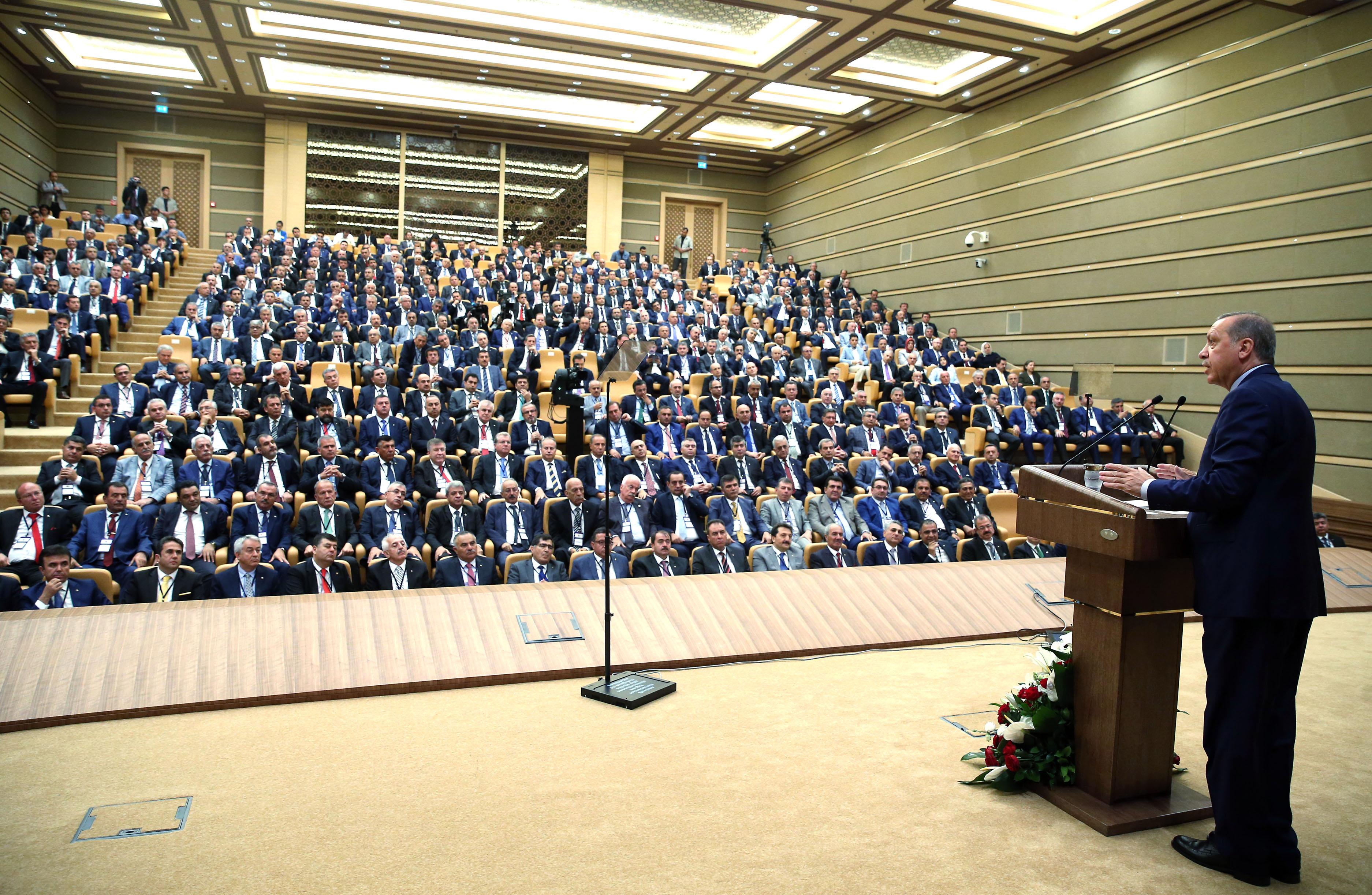 Cumhurbaşkanı Recep Tayyip Erdoğan, Cumhurbaşkanlığı Külliyesi'nde oda ve borsa başkanları ile istişare toplantısında bir araya gelerek konuşma yaptı. ( Cumhurbaşkanlığı / Murat Çetinmühürdar - Anadolu Ajansı )